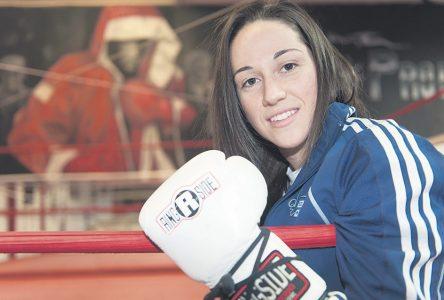 Sabrina Aubin avec l'équipe canadienne de boxe en France