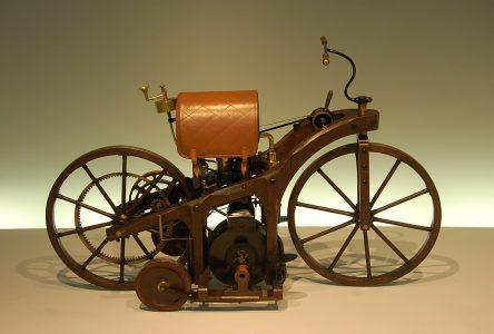 29 août 1885- Gottlieb Daimler dépose le brevet de la première moto à essence