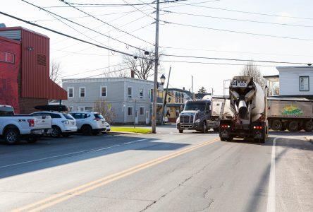 Des résidents de L'Acadie réclament une solution à la circulation des poids lourds