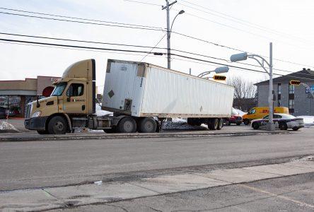 Un camion bloque la circulation sur Bernier