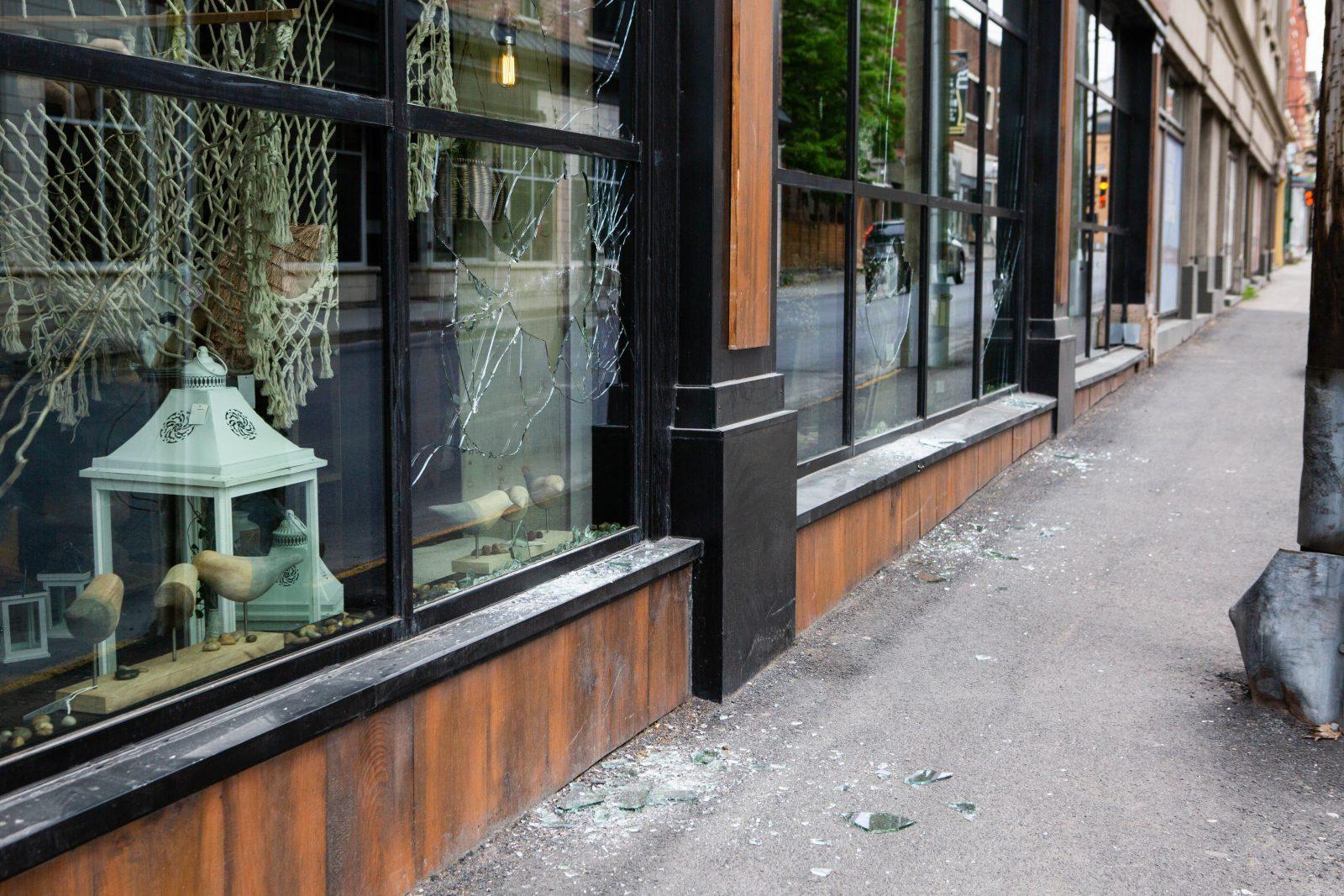 Un homme intoxiqué vandalise un commerce