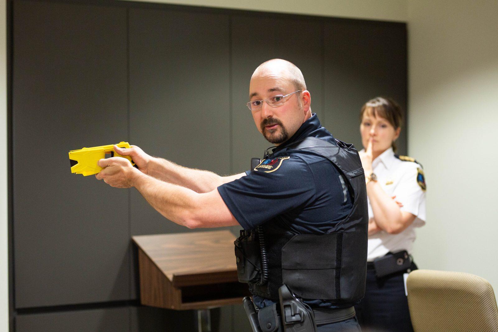Les policiers équipés de pistolets à impulsion électrique