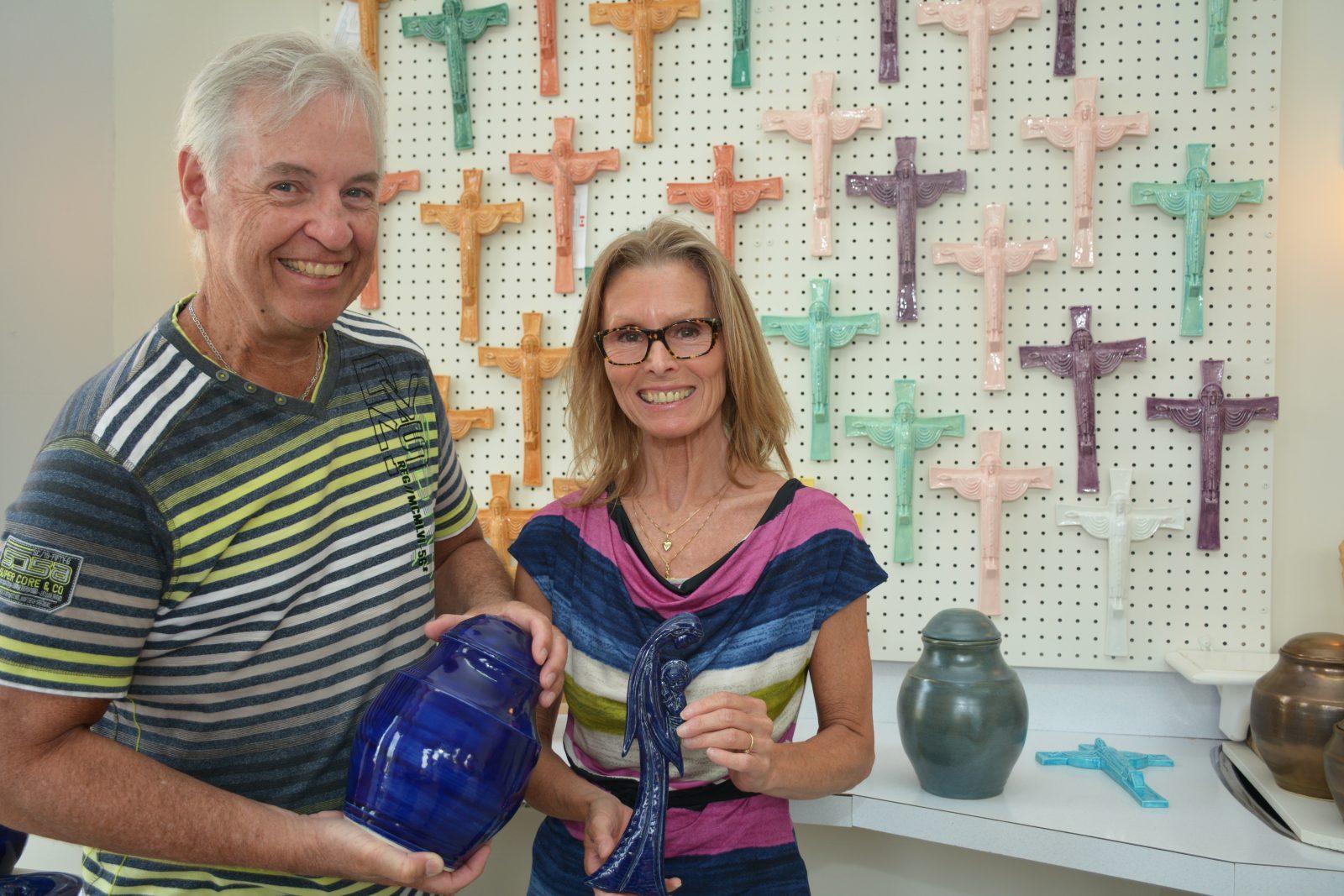 Un couple se lance dans la fabrication d'urnes et de crucifix