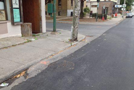 Bandes laissées sans asphalte: des caniveaux pour drainer l'eau