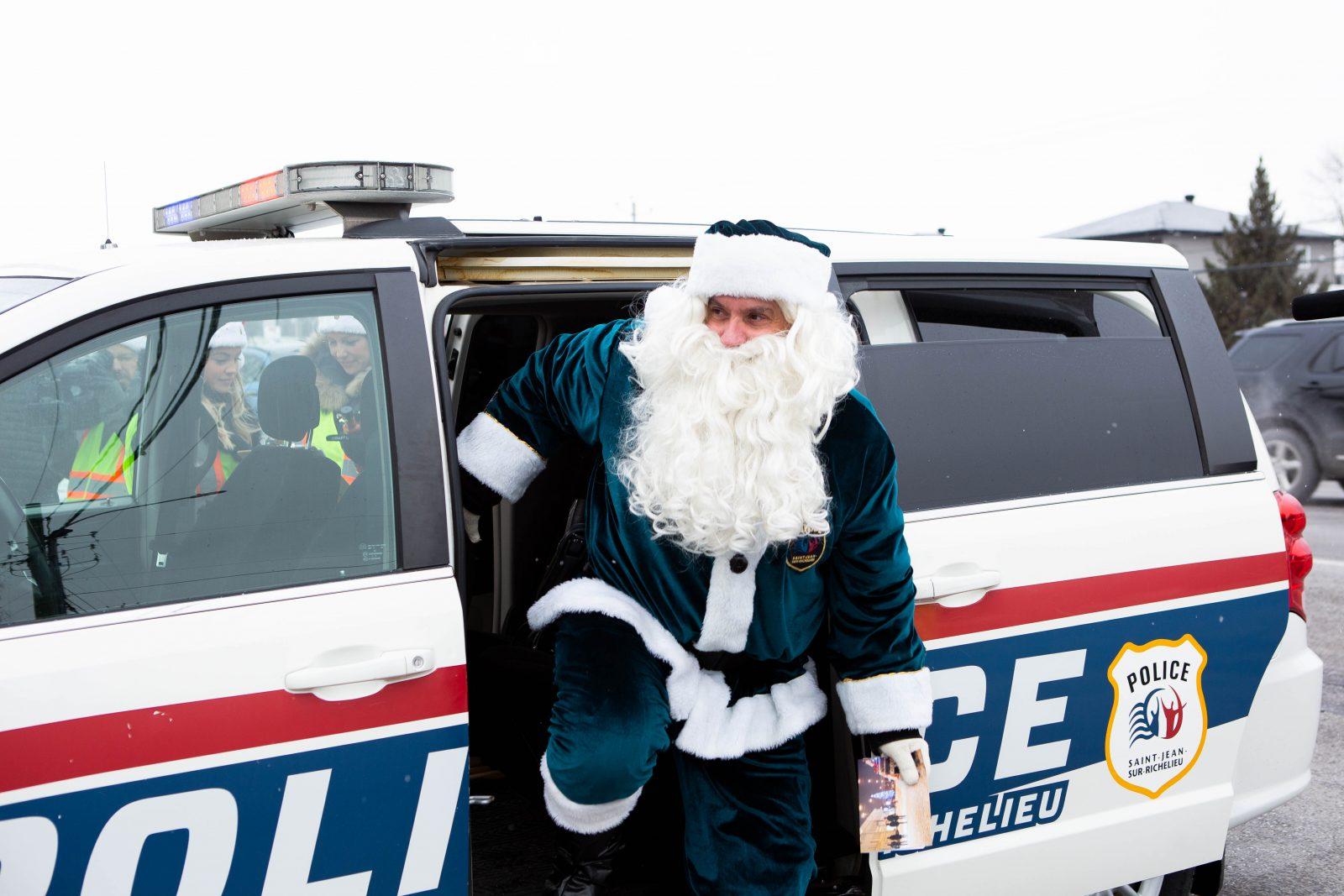 Policiers et commerçants distribuent des cadeaux aux bons conducteurs