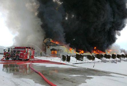 Un incendie détruit un bâtiment de la Marina Fortin à Saint-Paul-de-l'Île-aux-Noix