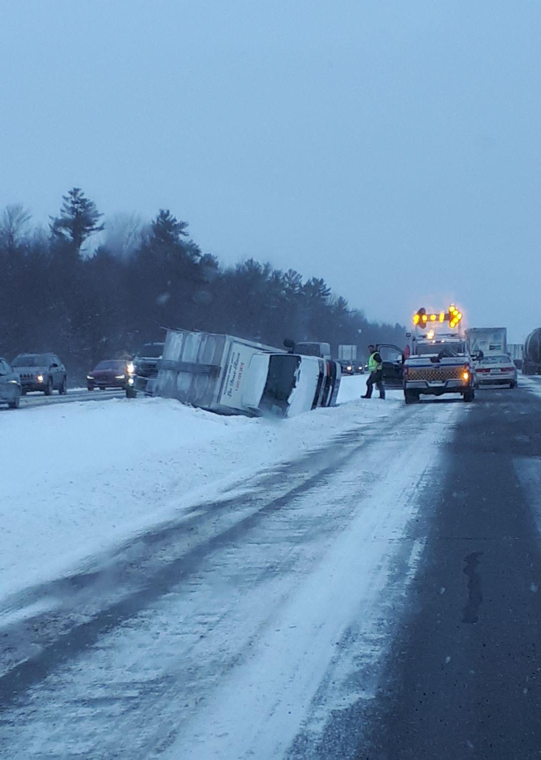 Un camion effectue une sortie de route sur la 35