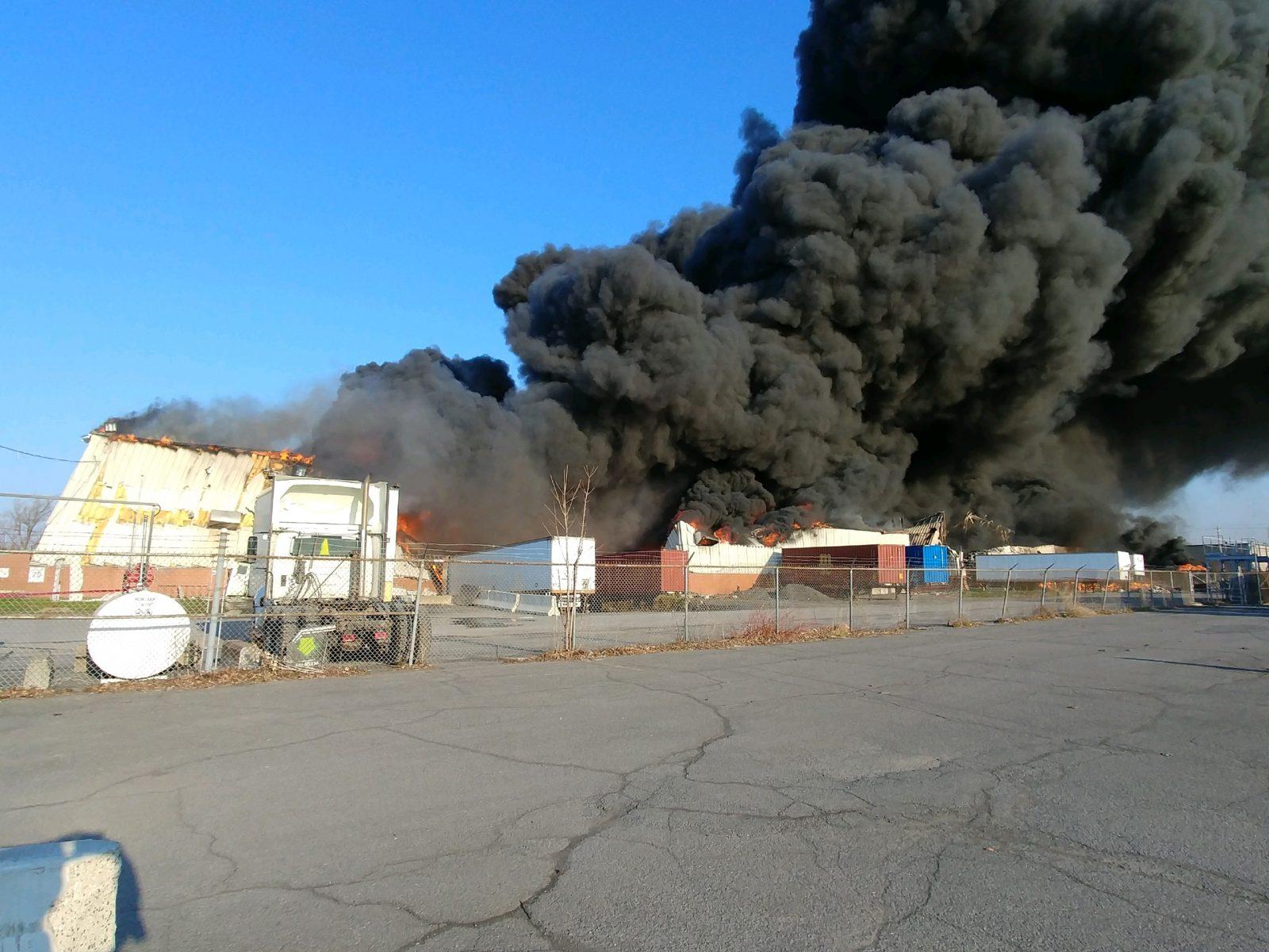 Important incendie dans un bâtiment industriel