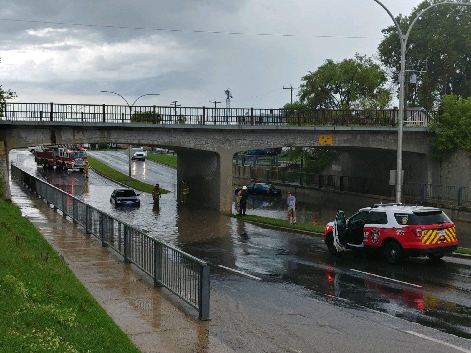 Des automobilistes coincés sous un viaduc