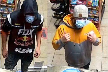 Deux suspects recherchés pour un vol de sac à main