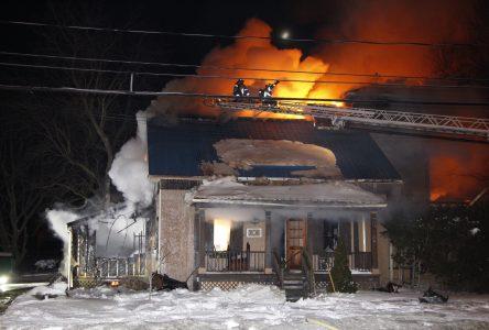 Une maison brûle sur la route 133