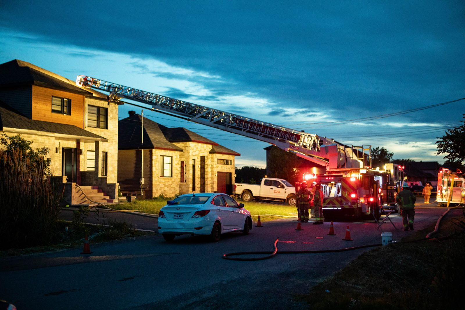 Des feux d'artifice enflamment une toiture